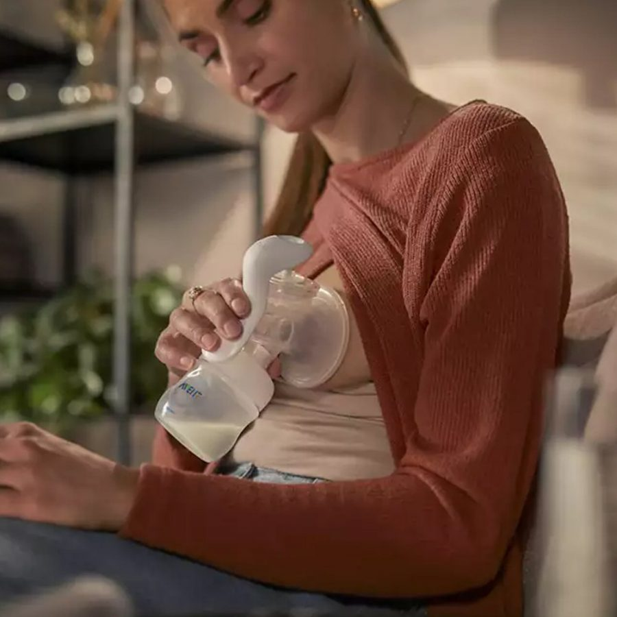 Промо Philips AVENT Ръчна помпа за изцеждане на кърма Natural Motion с контейнери VIA